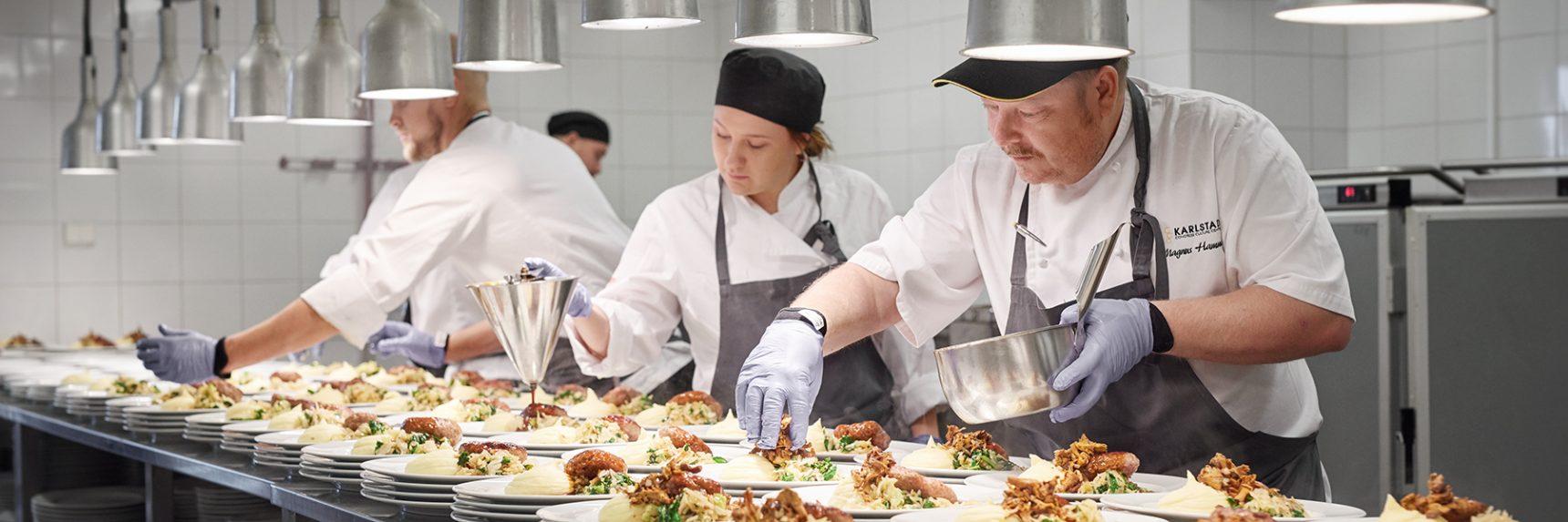 Kockar på restaurang Karl IX som lägger upp mat