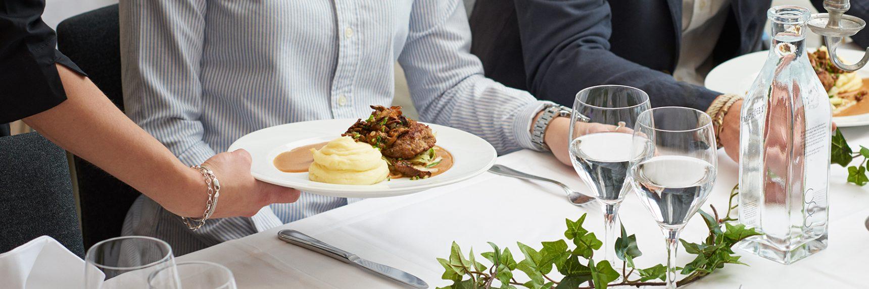 Gäster blir serverade vid bord