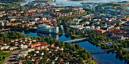 Flygbild över ett somrigt Karlstad med Karlstad CCC i centrum.