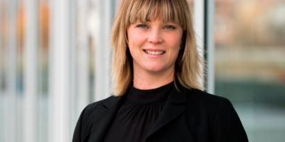 Porträttbild på Hanna Christiansson. Hon har en svart blus och kavaj.