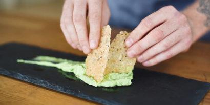 Parmesanchips med avocadocrème